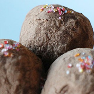 Make something special for your Valentine by whipping up these super easy and delicious chocolate truffles!